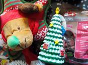 petit chien croit fort Père Noël...
