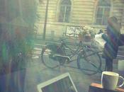 Pourquoi j'aime prendre café près d'une fenêtre (dans Starbucks ailleurs)