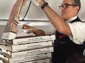 avion cloué sol, pilote commande pizzas pour passagers