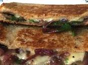 Grilled cheese oignons caramélisés pousses d'épinard