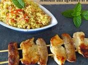 Brochettes Poulet/Chipolatas marinade miel/épices/agrumes semoule parfumée agrumes