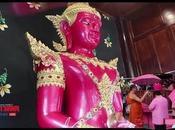 temple Suphan-Buri distribue parapluies roses pour Saint Valentin