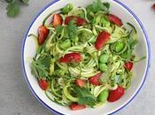 Spaghettis courgette, fèves fraises, sauce coriandre