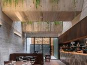 restaurant niché dans cathédrale béton végétalisée