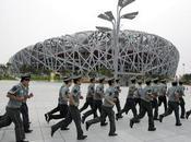 """Pékin au-dessus d'un """"nid"""" entre images truquées """"zoo humain"""""""